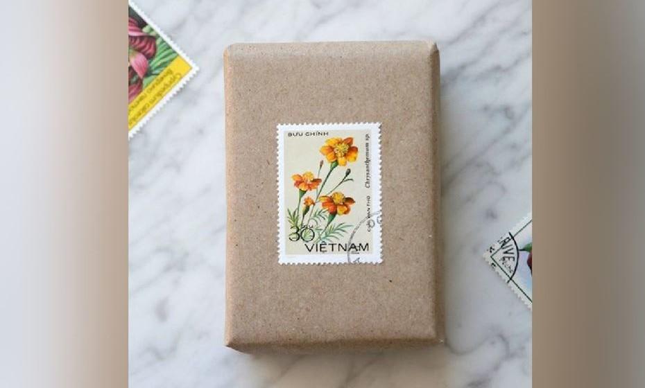 Para os fãs das viagens, outra maneira original é decorar um simples papel de cartão com selos de vários países. Fonte: http://arefinaria.blogspot.pt/