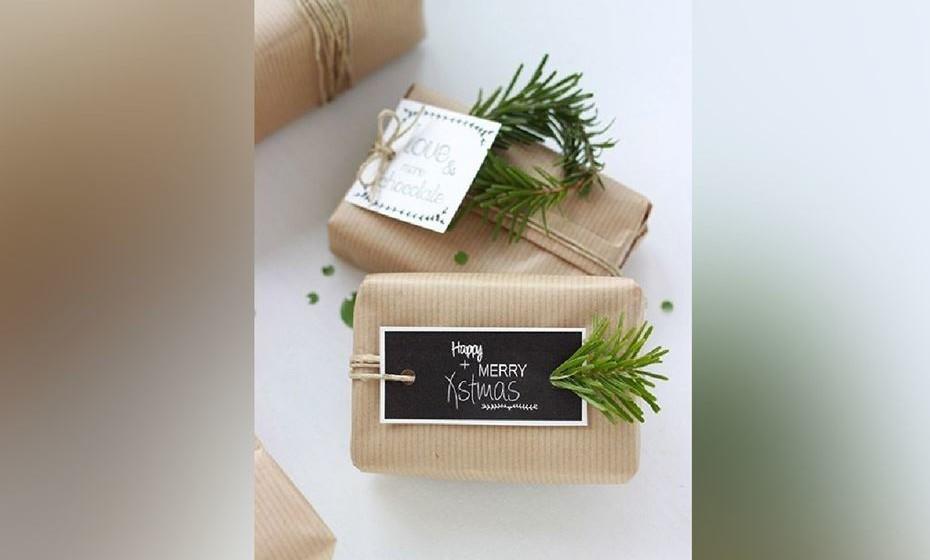 Para dar aroma aos presentes, nada melhor que aplicar um raminho de alecrim ou canela. Fonte: http://jesussauvage.com/