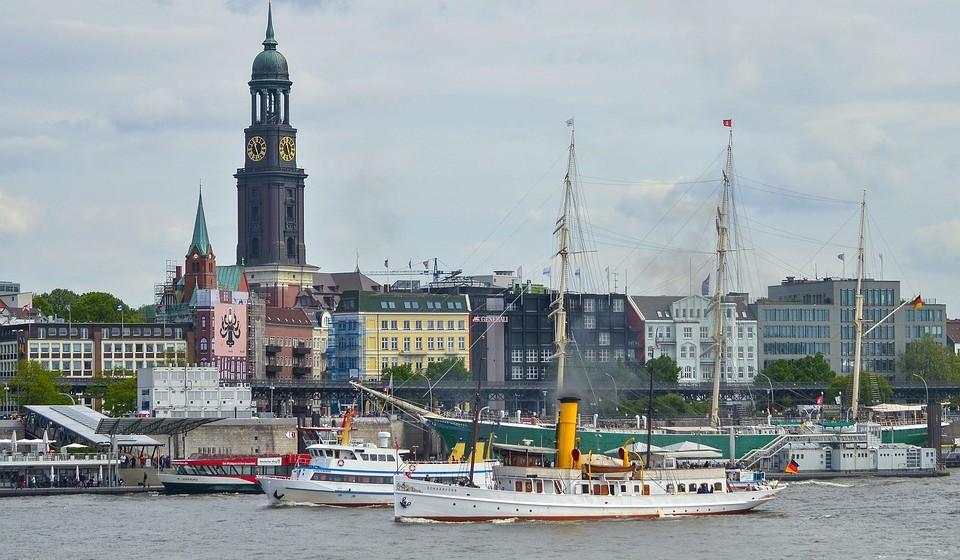 """Hamburgo, Alemanha - Conhecida como a """"porta de entrada para o mundo"""", a cidade portuária de Hamburgo é uma maravilha marítima. As águas do Elba e do Lago Alster nunca desapontam, embora os muitos espetáculos culturais e arquitetónicos da cidade também o possam seduzir."""
