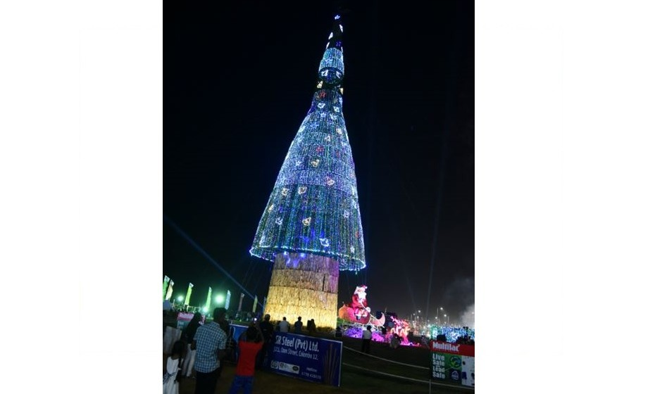 A maior árvore de Natal artificial media 72.1m e decorou Colombro, a capital do Sri Lanka, em 2016. Era composta apernas por luzes.