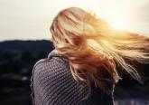 No outono/inverno, cerca de 70% das pessoas queixam-se de queda de cabelo. Isto acontece porque os sensores de luminosidade que existem na nossa pele são mais estimulados no verão, fazendo os cabelos crescerem mais nessa altura, que depois caiem no outono e no inverno. Saiba mais.