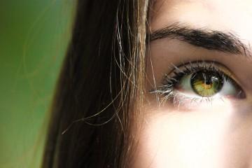 """Como já dizia o poeta: «Os olhos são o espelho da alma». Um estudo feito na Universidade de Orebro, na Suécia, concluiu que não é necessário olhar para """"dentro"""" dos olhos de alguém, pois tudo o que precisa de saber está ali à superfície. Fique a saber o que os seus olhos dizem sobre si."""