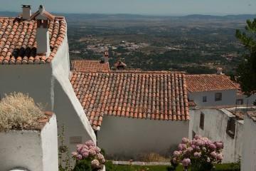 Portugal tem uma história muito rica. A bagagem cultural deixou marcas e, até hoje, muitas dessas influências podem ser vistas em pequenas aldeias e vilas espalhadas por todo o território nacional. Se não tem planos para os próximos fins de semana, faça-se à estrada e descubra algumas destas localidades.