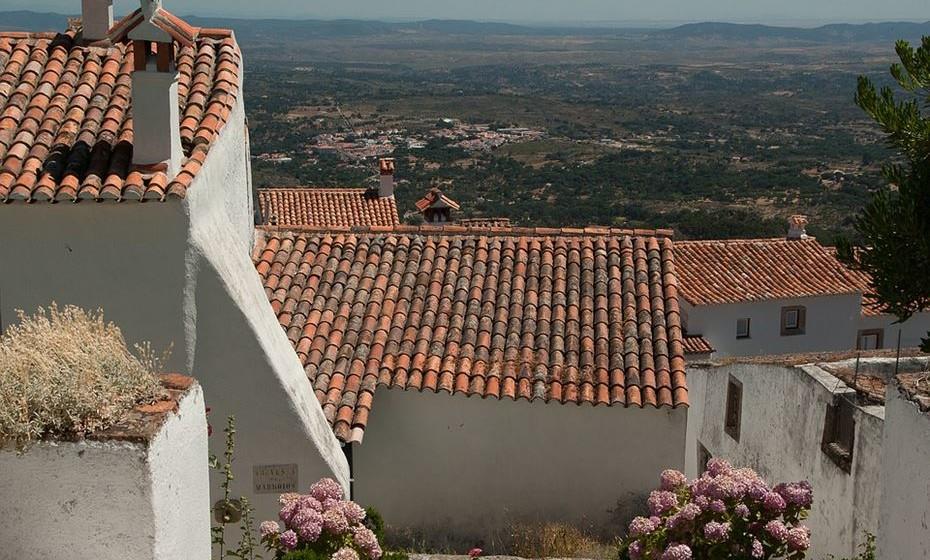 Portugal tem uma história muito rica. A bagagem cultural deixou marcas e, até hoje, muitas dessas influências podem ser vistas em pequenas aldeias e vilas espalhadas por todo o território nacional. Se não tem planos para este fim de semana prolongado, faça-se à estrada e conheça algumas destas localidades.