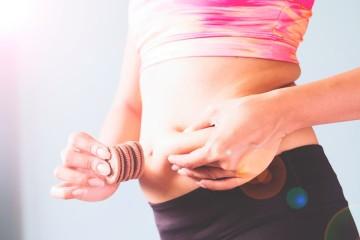 Mesmo praticando exercício e fazendo uma alimentação saudável vê os ponteiros da balança ligeiramente a subir? Segundo a plataforma de nutrição, Authorithy Nutrition, ganhamos entre 0,5kg e 1kg todos os anos. E o problema pode estar em pequenos maus hábitos que nos fazem ganhar gordura. Reveja quais são para os corrigir.