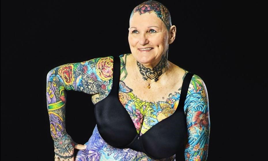 Com 98.75% do corpo coberto por tinta, a americana Charlotte Guttenberg acaba de se tornar na mulher mais tatuada de sempre, atestada pelo Livro de Recordes do Guiness. E tudo começou depois dos 50 anos.