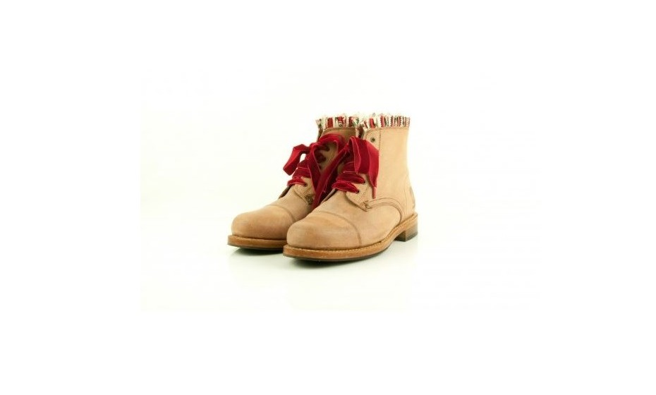 A Green Boots é uma marca de calçado criada em 2012. As botas são feitas pelo processo tradicional, na fábrica original, com as máquinas da época, com as mãos sábias de artesãos de longa data. O trabalho é completamente manual e realizado com todo o carinho e tradição. Demoram cerca de 4 horas a fazer tal como nos anos 50, sem pressas e com o mesmo espírito e dedicação que formou o carácter deste produto e desta gente.