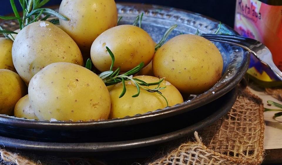 Batata: Fonte de hidratos de carbono (amido), vitaminas C, B6 e outras vitaminas do complexo B, potássio, ferro, magnésio e zinco. Quando comidas com casca, são ricas em fibras.