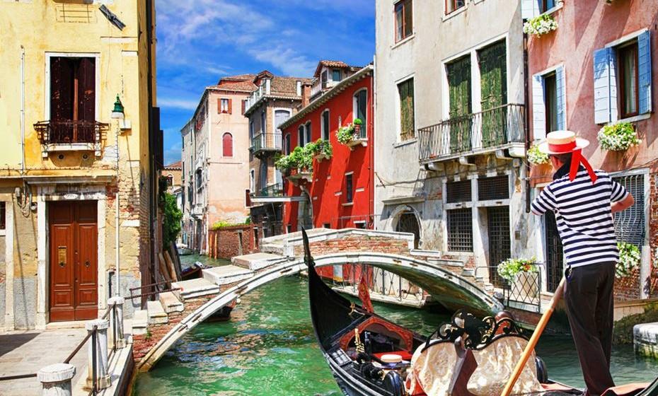 1 – Veneza, Itália – Seja a andar de gondola pelos canais ou a beber um cappuccino na Praça de São Marcos, ou a partilhar uma deliciosa pizza italiana num qualquer restaurante. Aqui, a viagem tem tudo para ser romântica.