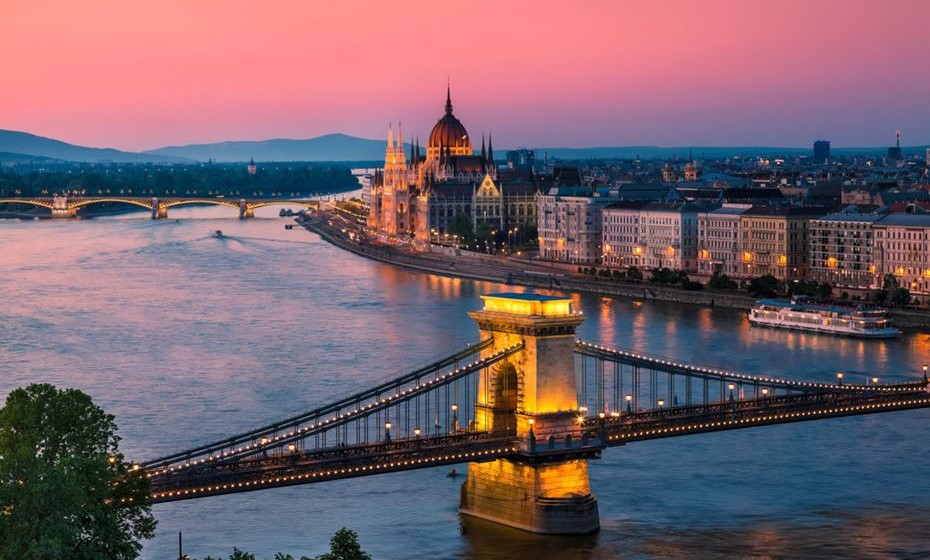 11 – Budapeste, Hungria - Com o castelo de Buda em segundo plano, a primeira ponte da capital húngara, agora um monumento, é um espetáculo fascinante que atrai muitos turistas a Budapeste. Os visitantes também têm a oportunidade de caminhar até ao topo do túnel localizado no lado de Buda, oferecendo uma maravilhosa vista do Danúbio, as suas pontes e as mais bonitas partes de Pest.