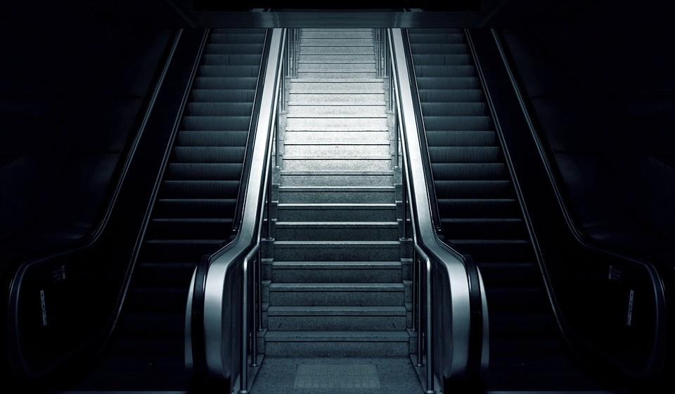 Apanhar o elevador em vez de ir de escadas – Ao fazer isto está a perder uma oportunidade de exercício fácil. Queimamos 8 calorias por cada 20 passos. Além disso, estudos mostram que as pessoas que usam as escadas melhoraram a saúde em geral.