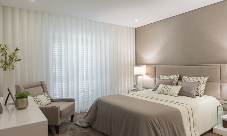 Para quartos de tons mais escuros, coloque uma cortina em tons claros. Se a janela do quarto estiver virada para norte, utilize sempre tons claros nos tecidos das cortinas.