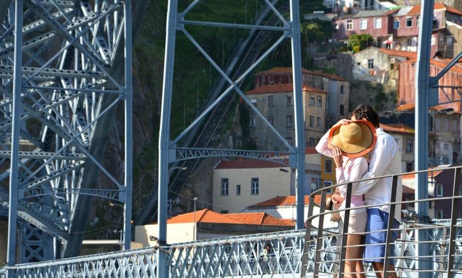 15 – Porto, Portugal - O Porto é um dos destinos turísticos mais antigos da Europa. A sua riqueza de património monumental e artístico, o vinho do Porto, espaços de lazer ao ar livre e a vida cultural são apenas alguns dos motivos para visitar esta cidade. A qualquer hora do dia, 365 dias do ano, o Porto tem um charme especial para quem visita a cidade pela primeira vez, como acontece com aqueles que voltam para uma segunda visita, para descobrir uma cidade simultaneamente moderna e autêntica.