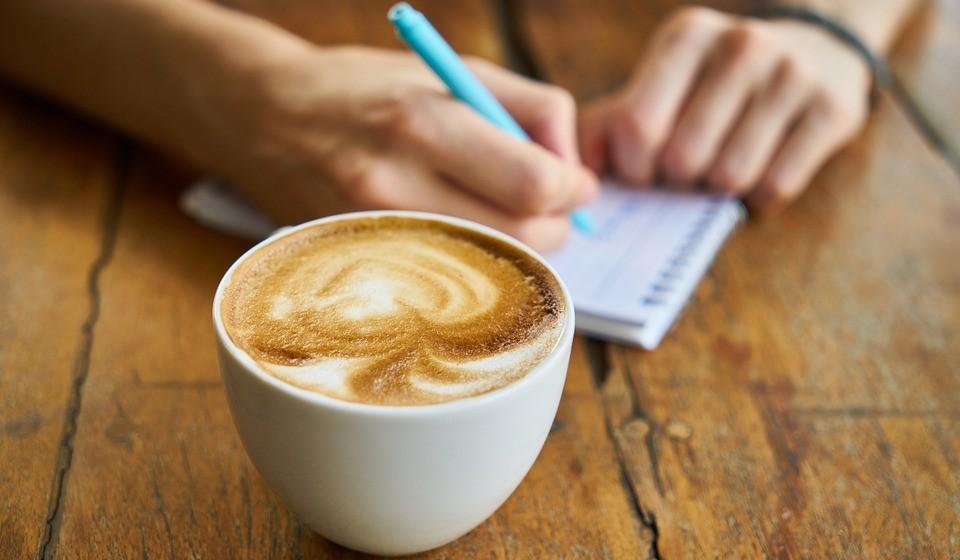 Beber o café cremoso – Há cada vez mais soluções de café com natas, toppings, etc… que acrescentam imensas calorias ao café. Beba-o de forma simples.