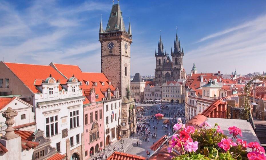 """16 – Praga, República Checa - Praga é considerada uma das cidades mais bonitas do mundo desde a Idade Média. Adjetivos como """"dourado"""", """"cidade de uma centena de torres"""", """"a coroa do mundo"""" foram atribuídos a Praga, que está localizada no coração da Europa."""