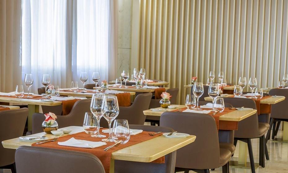 O menu do UQ Restaurante é composto por entrada, prato de peixe, prato de carne, sobremesa, bebidas (copo de vinho tinto ou branco ou água) e café e tem um custo de 24,50 euros/pessoa.
