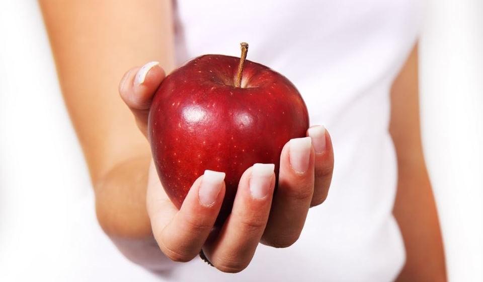 'Não beba a fruta quando pode comer o fruto' – A fruta é saudável, pois está cheia de fibra e antioxidantes. Mas quando a reduz a sumo, perde grande parte da fibra e aumenta a concentração de açúcar por porção. Uma maça por dia mantém o médico afastado, mas um copo de sumo de muitas maças pode aumentar demasiado o açúcar no organismo, revela a equipa.