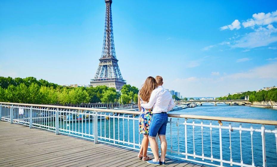 2 – Paris, França – A Cidade-Luz sempre foi a cidade dos apaixonados. Tem inúmeras atrações turísticas, grandes avenidas para passeios a dois e restaurantes para se deliciarem com a famosa gastronomia francesa. Torre Eiffel, Museu do Louvre, Moulin Rouge, cruzeiros no rio Sena… têm muito que visitar. Paris é palco de muitas propostas de casamento. Será?