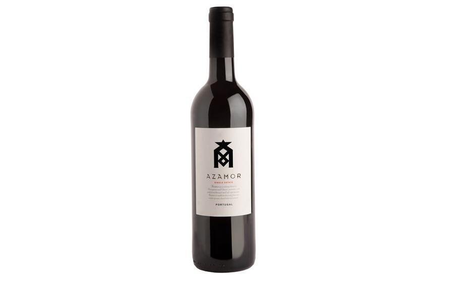"""Segue-se um vinho que, apesar de não lhe dever o nome, ostenta orgulhosamente a palavra """"amor"""" no rótulo, lançando o mote perfeito para um brinde a dois. Azamor Tinto conquista no copo e no prato, revelando uma excelente aptidão gastronómica. Por ser um vinho muito aromático e elegante, acompanha tanto momentos de descontração, entre um copo de vinho e uma tábua de queijos e enchidos, como refeições mais complexas, com pratos de carne e vegetais. PVP 9,90 EUR."""