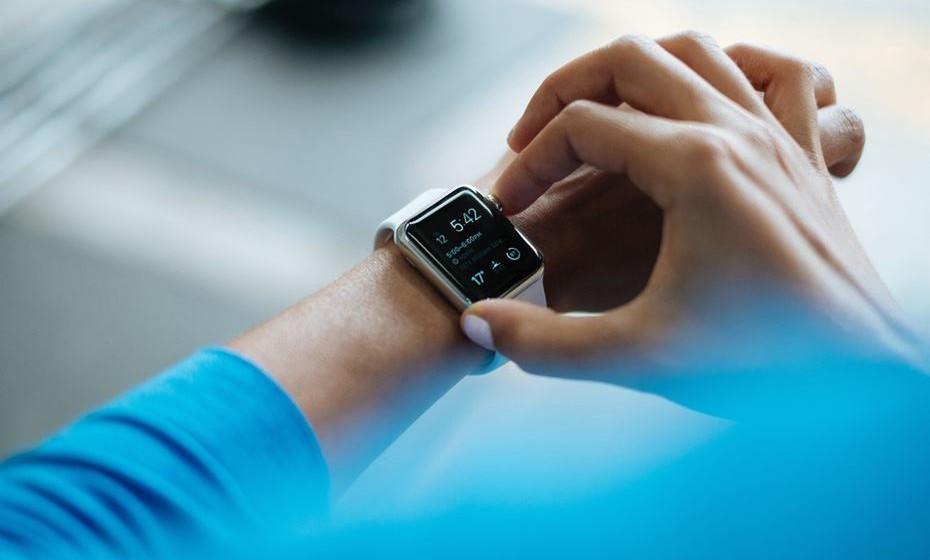 3 - Tecnologia 'para vestir' – Esta é uma realidade já incontornável. É o caso de trackers de fitness, monitores de frequência cardíaca, pulseiras que contabilizam calorias, entre outros.