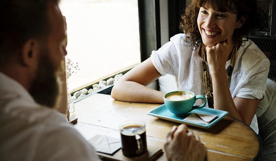 Ser demasiado social - Ter uma vida social é importante para manter o equilíbrio entre o trabalho e a vida. No entanto, as situações sociais geralmente envolvem alimentos ou álcool, o que pode facilmente adicionar calorias indesejadas à sua dieta. Além disso, pesquisas mostram que as pessoas tendem a comer como as pessoas com quem elas estão.