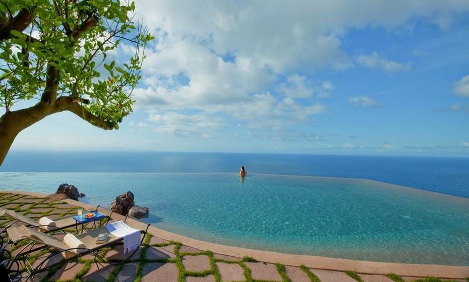 Hotel Monastero Santa Rosa – Esta unidade de cinco estelas localizada na Costa Amalfi, Itália, integra um pacote de mindfulness de luxo num mosteiro do século XVII.  Tem uma piscina infinita empoleirada num penhasco sobre o oceano.