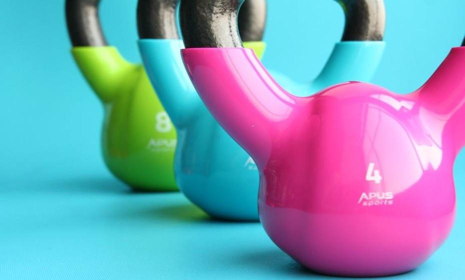 5 – Treino de força – recurso a alguns dispositivos para treinar a força, como é o caso das kettlebell e dos pesos.