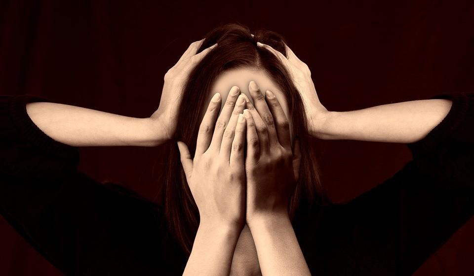 """Não tem tempo para relaxar - Muitas pessoas têm vidas muito ocupadas e nunca têm tempo para si. Estudos mostram que o stress constante está ligado à gordura da barriga. Parece que esse stress faz com que as pessoas inconscientemente desejem """"alimentos de conforto"""" não saudáveis para aliviar o stress e sentirem-se melhor. A meditação é uma ótima forma de lidar com o stress."""