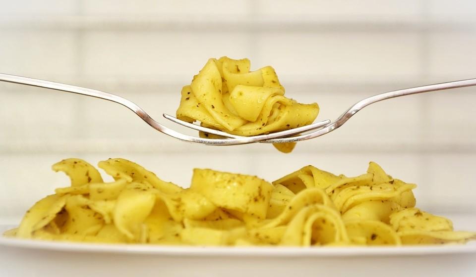 Comer em pratos ou taças grandes - O tamanho dos seus pratos pode ter um impacto significativo na sua cintura. Cientistas descobriram que as pessoas comiam mais alimentos quando eram servidas em pratos maiores sem sequer se aperceberem. Em média, as pessoas consumiram 16% mais calorias por refeição.