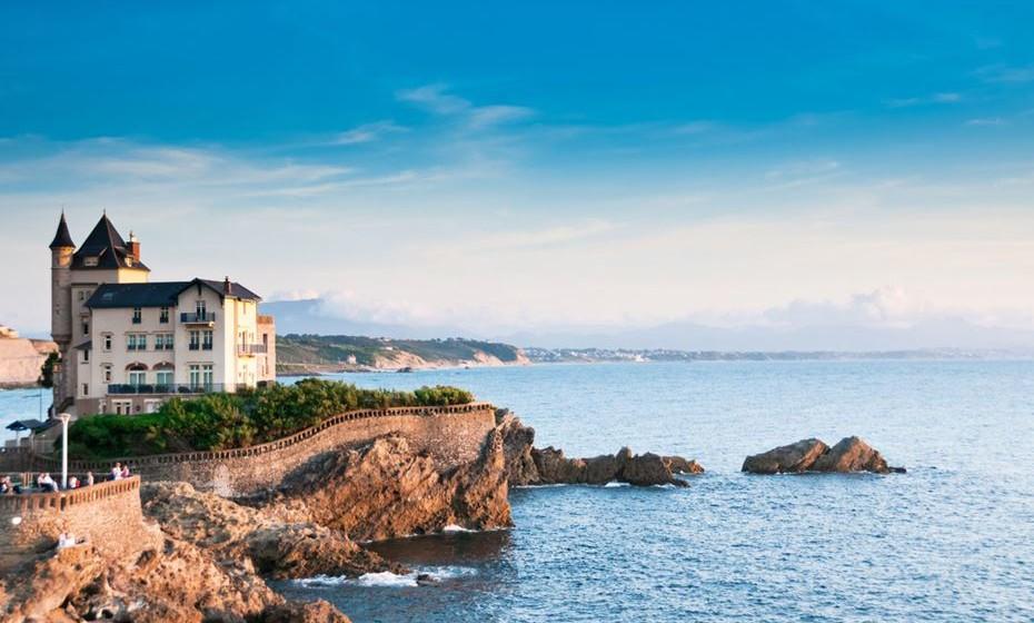 7 – Biarritz, França - Esta pérola do Atlântico agora surfa uma onda de jovens efervescentes. Biarritz tem um clima ameno e a beleza do seu litoral, as suas enseadas curvas, pontuadas por afloramentos rochosos e os grandes eventos que hospeda, fazem de Biarritz um destino de encantamento em qualquer época do ano.