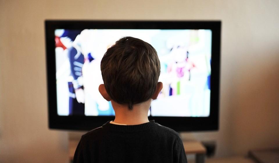 Comer em frente à televisão - Muitas vezes as pessoas comem enquanto veem TV, navegam na internet ou leem o jornal. No entanto, comer enquanto se está distraído pode fazer você comer mais comida. Uma revisão de 24 estudos descobriu que as pessoas comeram mais alimentos durante uma refeição quando estavam distraídas.