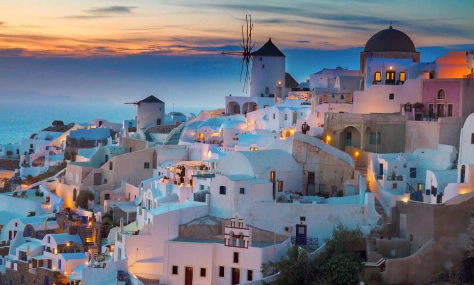 """9 – Santorini, Grécia - Santorini é considerado o local mais procurado para uma escapadela romântica na Grécia, já que não há muitos lugares no mundo onde se pode desfrutar de águas requintadamente limpas enquanto se está empoleirado na borda de um enorme vulcão ativo no meio do mar! A ilha tem uma reputação crescente como um """"destino de casamento"""" para casais não só da Grécia, mas de todo o mundo."""