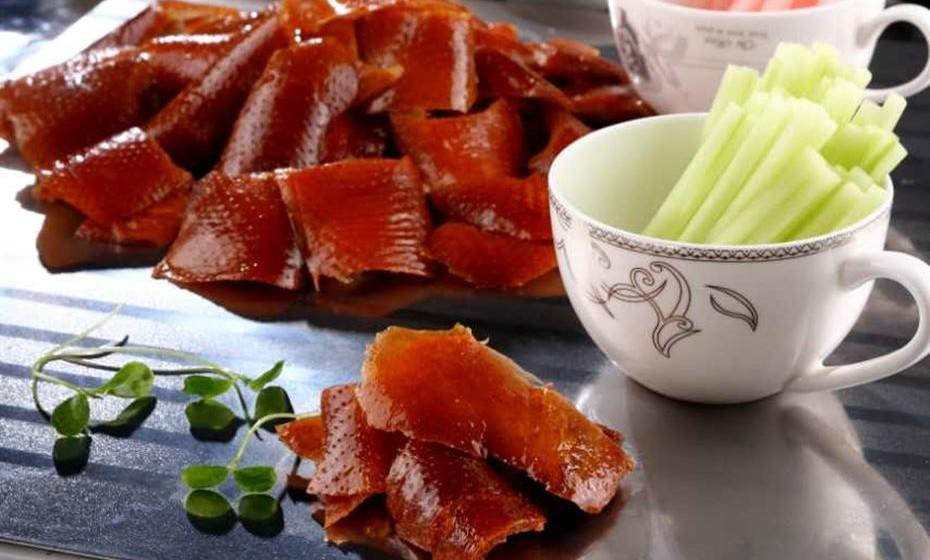 E um dia de namorados à chinesa? Pelo menos no menu. É o que propõe o restaurante The Old House, em Lisboa, onde se prepara a cozinha típica de Sichuan. Aqui podem experimentar diferentes sabores e terem uma noite sensorial onde o paladar é rei.