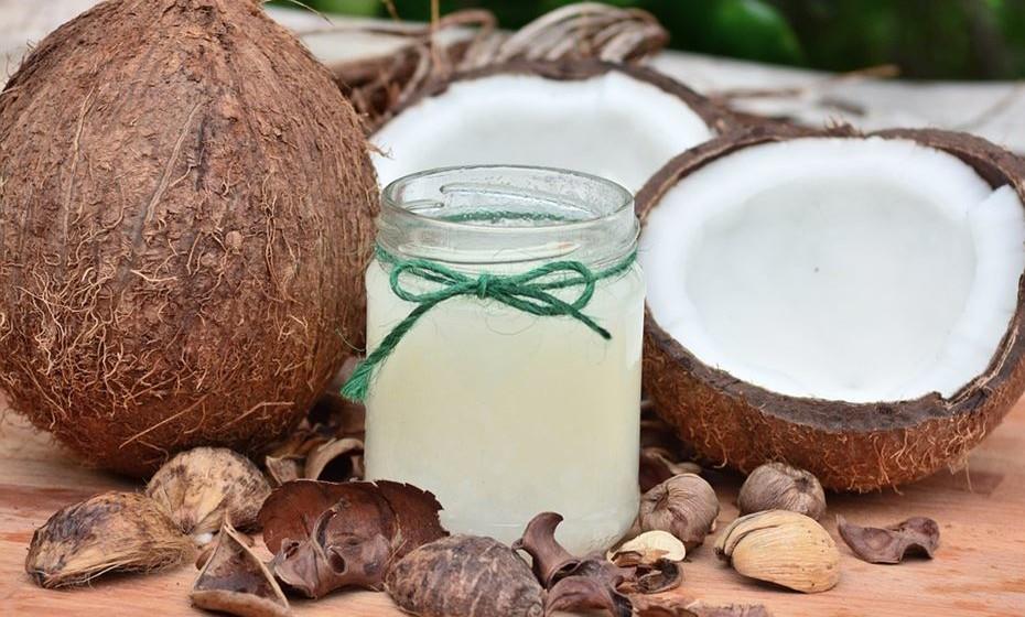 Sumo de coco e couve : 2 folhas de couve, 1 colher de sopa de sumo de gengibre, 2 colheres de sopa de sumo de limão, 3 gotas de pimenta Tabasco e 300 ml de água de coco.