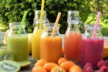 Os sumos feitos à base de fruta e vegetais são uma alternativa prática, rápida e saborosa para consumir estes alimentos sem perder os seus elementos nutricionais. Apresentamos-lhe dez receitas deliciosas e nutritivas.