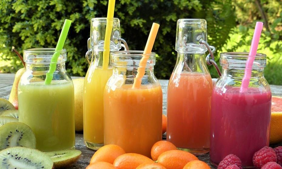 Os sumos feitos à base de fruta e vegetais são uma alternativa prática, rápida e saborosa para consumir estes alimentos sem perder os seus elementos nutricionais. Apresentamos-lhe nove receitas deliciosas e nutritivas.
