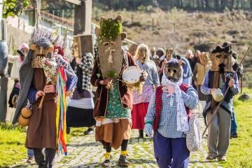 Nas corridas às aldeias tudo é permitido, com mascarados dizendo quadras jocosas e brincando com todos à sua passagem... Mas é Carnaval, ninguém leva a mal.