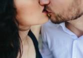 Já sabe que o sexo faz as pessoas sentirem-se bem. Fisicamente. Mas estes atos de intimidade trazem grandes benefícios para a saúde que vão além do físico. A intimidade é uma componente chave para uma vida plena e saudável. Veja os benefícios apontados pelo mediático médico americano de origem indiana, Partha Nandi.