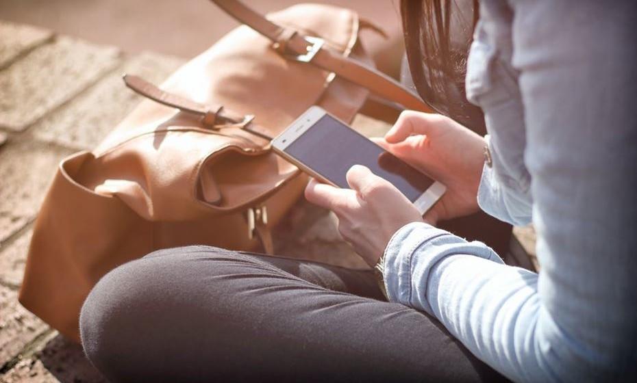 A saúde conectada - As redes sociais aumentaram consideravelmente o desejo de nos mantermos saudáveis e em forma, e criaram-se comunidades de utilizadores mais perfeccionistas e conscientes que serão certamente mais leais às marcas que lhes derem alternativas que contribuam para o seu bem-estar individual e lhes proporcionem uma ligação ao ambiente que os rodeia. As marcas desportivas lideram a evolução do setor de retalho de experiências com festivais de bem-estar pagos que criam fidelidade à marca e impulsionam as vendas. Também os gigantes da tecnologia têm investido fortemente no desenvolvimento de dispositivos que ajudarão a diminuir a falha entre a monitorização do estado físico coletivo e o atendimento médico real. Esta não é a indústria médica do futuro, mas antes a internet do presente.