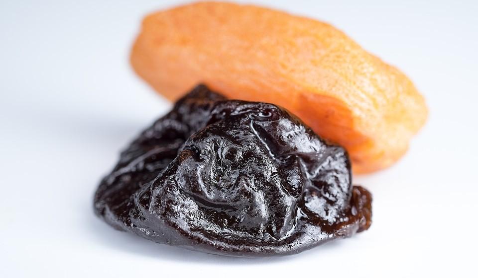 Da próxima vez que for ao supermercado compre ameixas. As ameixas secas são doces, nutritivas e ricas em fibras, pelo que são um alimento saudável para satisfazer os desejos de doces. O seu alto teor de fibra também ajuda ao transito intestinal.