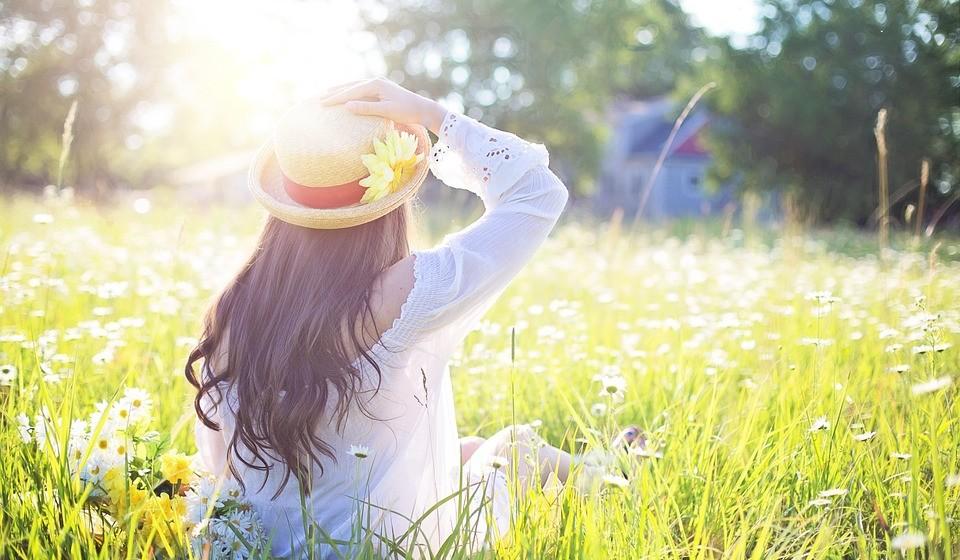 Deixe a luz natural entrar na sua vida – a luz da manhã é um sinal natural que nos ajuda a despertar e a ativar. Estudos sugerem que o corpo utiliza a luz como se fosse um nutriente básico como a água ou a comida. O corpo funciona através do ciclo circadiano que regula o relógio biológico interno do corpo, e a falta de luz afeta a nossa saúde, por exemplo, pela carência de produção de determinadas hormonas. Truque: para se ativar de manhã, não feche as persianas totalmente à noite.