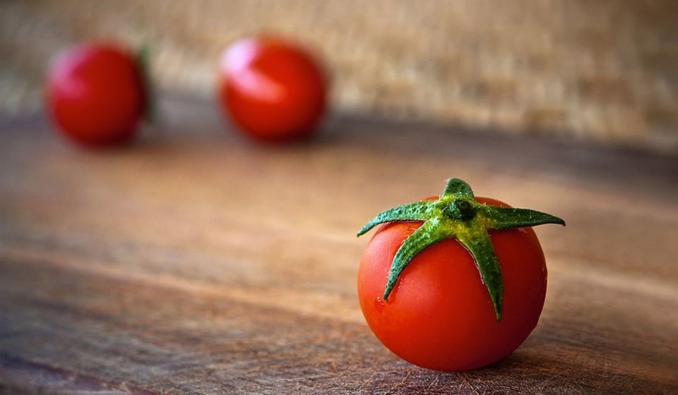 Tomates - O licopeno é um composto encontrado nos tomates que é responsável pela sua cor vermelha vibrante, bem como pelas suas propriedades anticancerígenas. Uma revisão de 17 estudos descobriu que uma maior ingestão de tomates crus, tomates cozidos e licopeno foram todos associados a um risco reduzido de cancro da próstata. Outro estudo com 47.365 pessoas descobriu que uma maior ingestão de molho de tomate, em particular, estava ligada a um menor risco de desenvolver cancro da próstata.