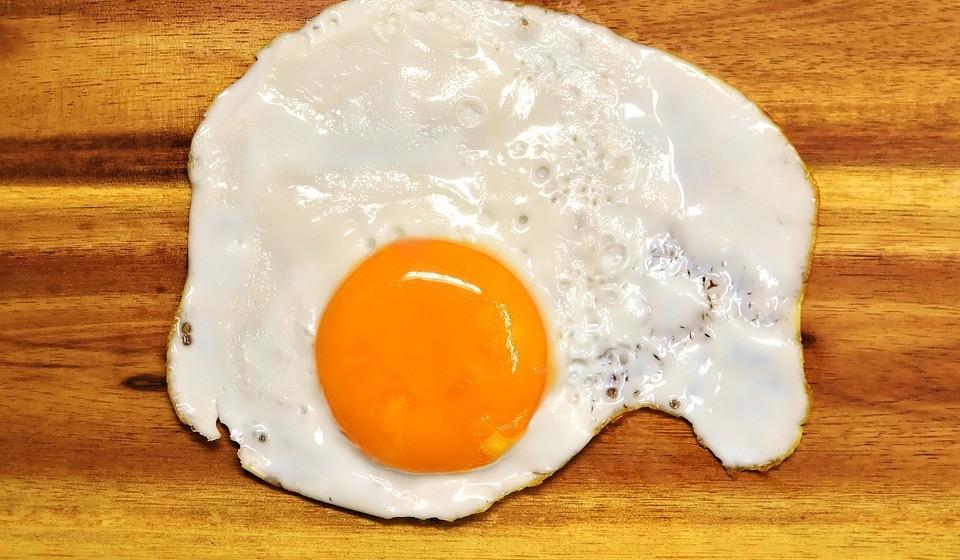 Os ovos são outro alimento rico em proteína que pode ajudar a manter o seu controlado. Uma pesquisa mostrou que comer ovos ao pequeno-almoço pode reduzir a fome e ajudar as pessoas a comerem menos ao longo do dia.