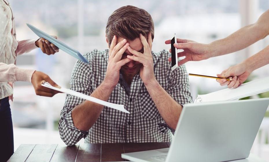 Além dos sintomas de stress comuns, como dores de cabeça ou ataques de pânico, há sinais menos óbvios que se revelam no seu corpo e que deve conhecer.