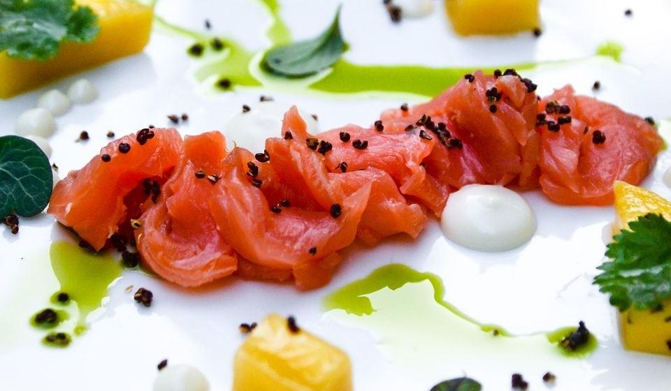 Peixes gordos - Os peixes gordurosos contém vitamina D e ácidos gordos ômega-3, dois nutrientes que se acredita para proteger contra o cancro. Em particular, peixes gordurosos como o salmão, a cavala e as anchovas que são ricos nestes nutrientes.