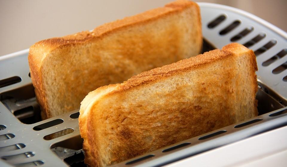 Pão branco, massa e arroz - Os cereais são ricos em hidratos de carbono, que fornecem ao corpo uma boa fonte de energia. No entanto, os processados podem realmente causar mais danos do que benefícios quando se trata dos seus níveis de energia. Isso é em parte porque a camada externa do grão, conhecida como farelo, é removida durante o processamento. Por isso, os grãos processados possuem níveis mais baixos de fibras e tendem a ser digeridos e absorvidos mais rapidamente do que os integrais. Por esta razão, uma refeição ou lanche rica em cereais processados geralmente cria um rápido aumento nos níveis de açúcar no sangue e insulina, seguido de uma queda na energia. Em contraste, os cereais integrais ajudam a manter a energia constante ao longo do dia.