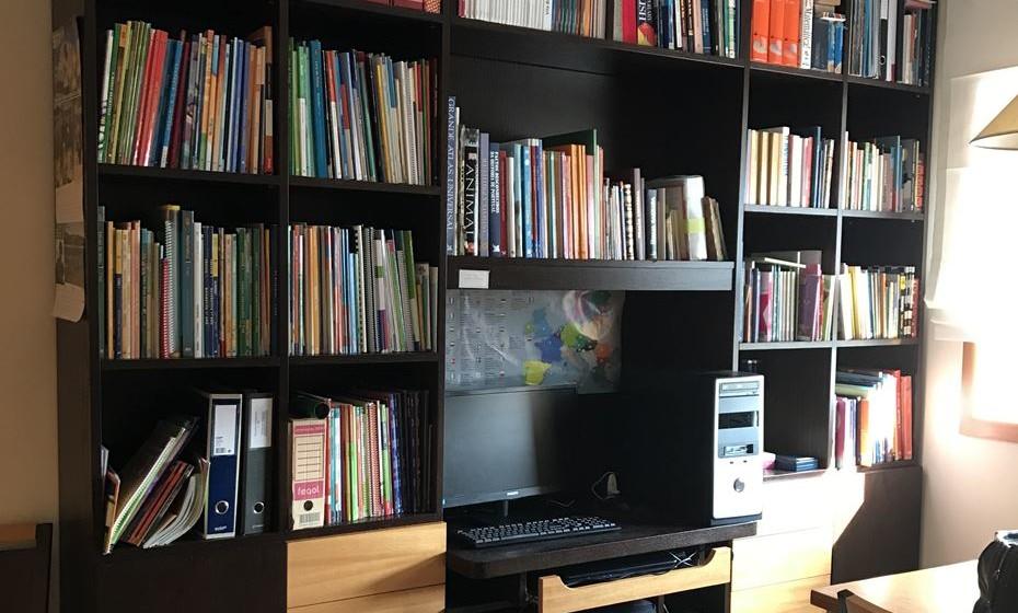 Neste escritório, de 20m2 aproximadamente, cabia esta estante constituída por módulos incluindo a secretária no centro da mesma; uma mesa e dois armários.
