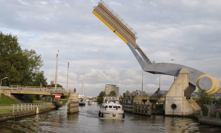 Ponte Slauerhoffbrug, Leeuwarden, Holanda –  Esta é uma ponte de báscula totalmente automática que usa dois braços para movimentar uma seção de estrada. Esta ponte móvel também é conhecida como Drawbridge. Um dos principais designers é Emile Asari. O convés tem 15 m por 15 m e está pintado de amarelo e azul, as cores da bandeira de Leeuwarden.