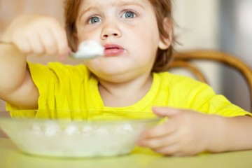 2 years child himself eats from plate  with spoon