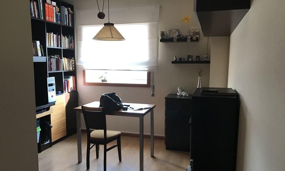 Aspeto geral do escritório com todo os móveis em tons escuros. Vamos aproveitar alguns.